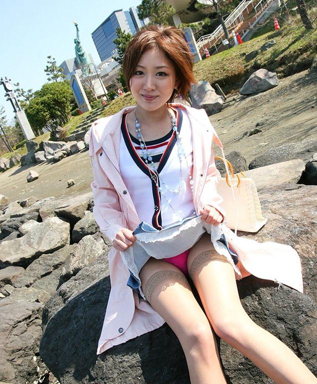 【セルフパンチラエロ画像】自らスカートをまくりあげて見せるセルフパンチラww 12