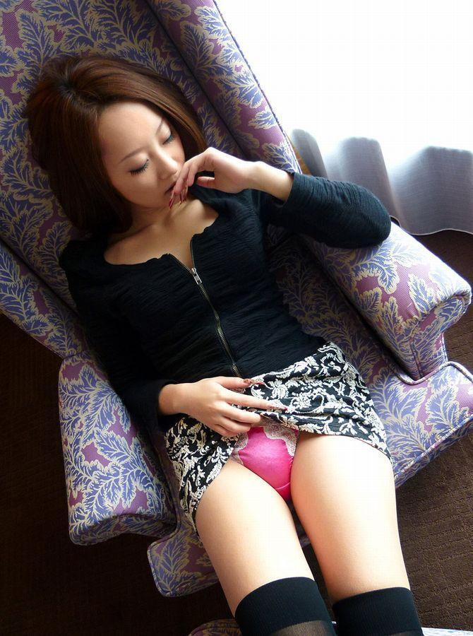 【セルフパンチラエロ画像】自らスカートをまくりあげて見せるセルフパンチラww 15