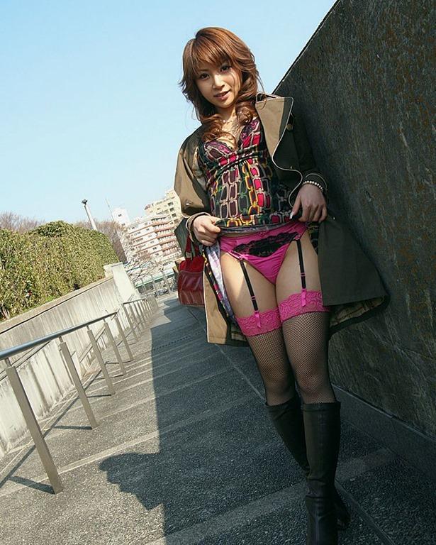 【セルフパンチラエロ画像】自らスカートをまくりあげて見せるセルフパンチラww 18