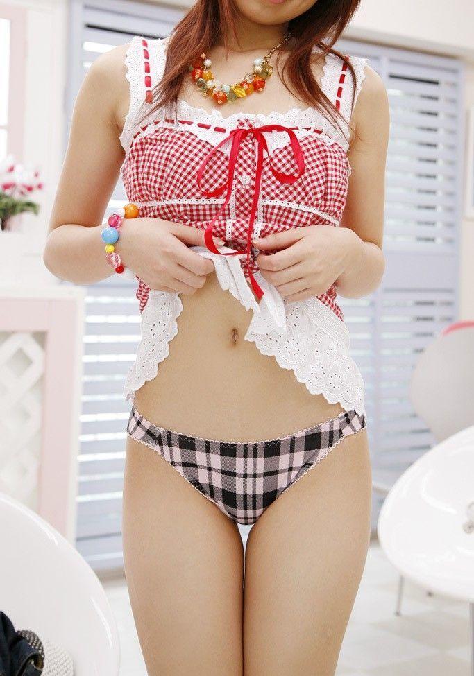 【セルフパンチラエロ画像】自らスカートをまくりあげて見せるセルフパンチラww 22