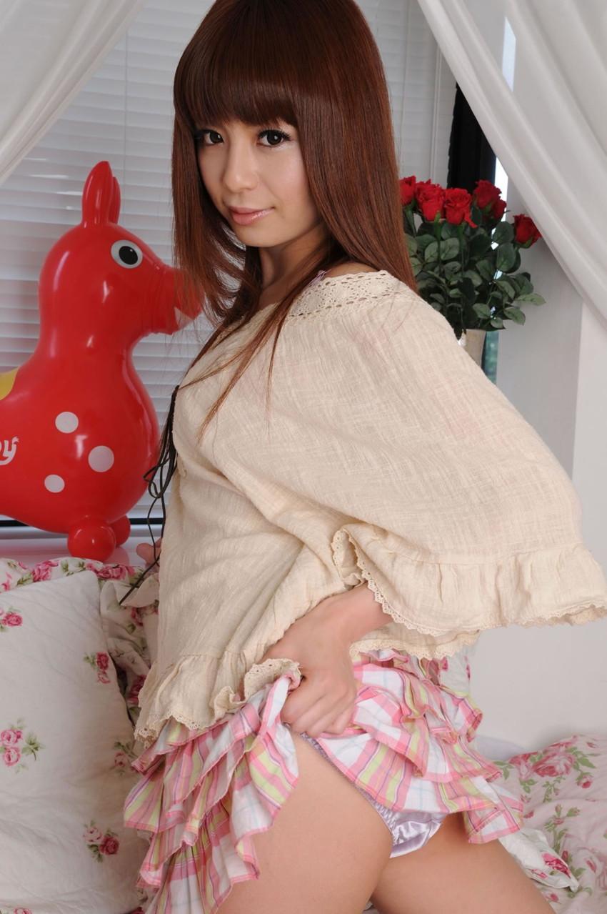 【セルフパンチラエロ画像】自らスカートをまくりあげて見せるセルフパンチラww 26