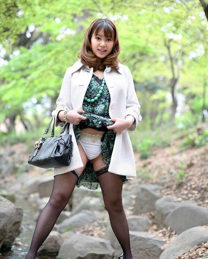 【セルフパンチラエロ画像】自らスカートをまくりあげて見せるセルフパンチラww 35