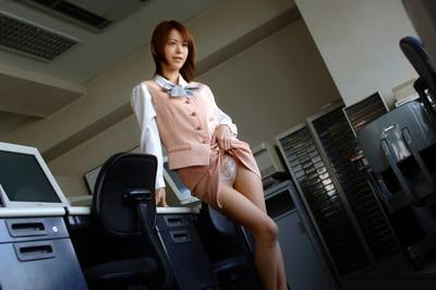 【セルフパンチラエロ画像】自らスカートをまくりあげて見せるセルフパンチラww 14