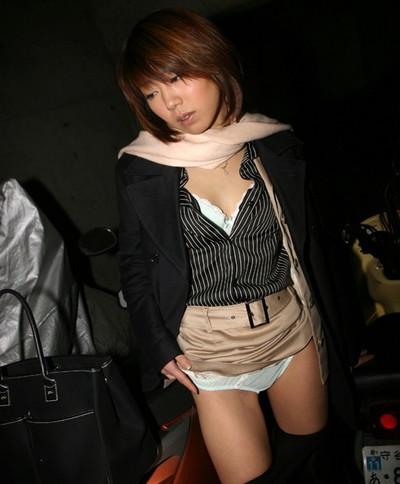 【セルフパンチラエロ画像】自らスカートをまくりあげて見せるセルフパンチラww 19