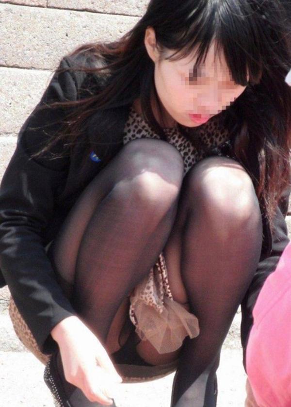 【街撮りパンチラエロ画像】街中でパンチラしている女の子を隠し撮り!wwww 03
