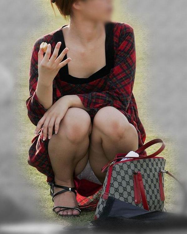 【街撮りパンチラエロ画像】街中でパンチラしている女の子を隠し撮り!wwww 07