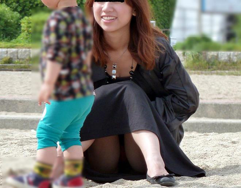 【街撮りパンチラエロ画像】街中でパンチラしている女の子を隠し撮り!wwww 12