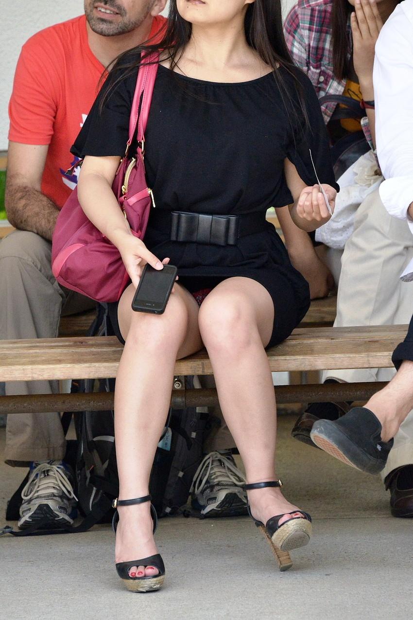 【街撮りパンチラエロ画像】街中でパンチラしている女の子を隠し撮り!wwww 15