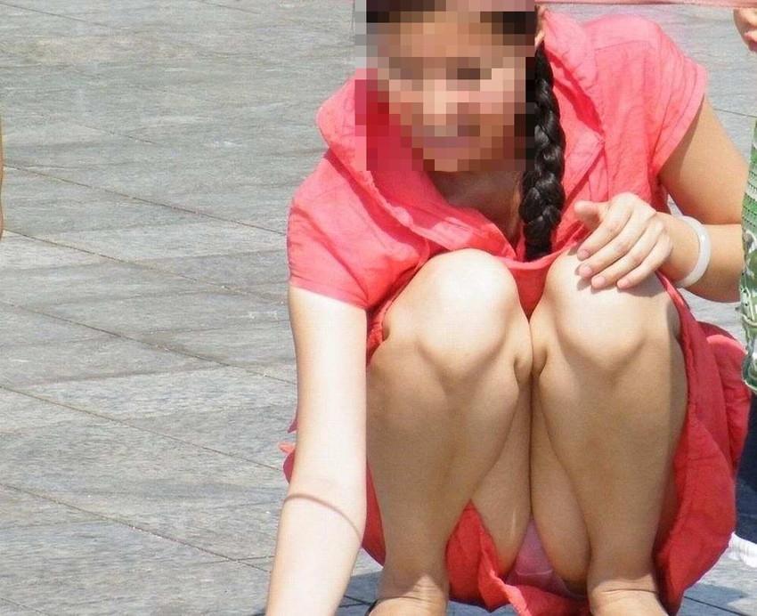 【街撮りパンチラエロ画像】街中でパンチラしている女の子を隠し撮り!wwww 18
