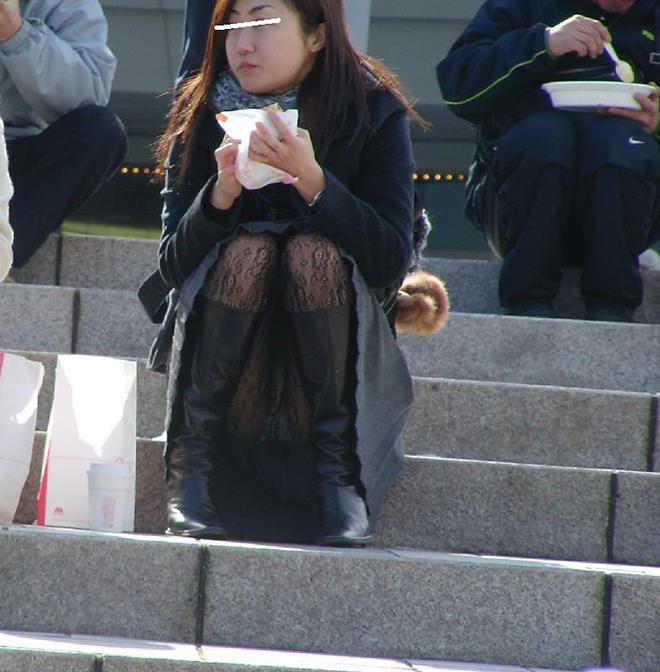 【街撮りパンチラエロ画像】街中でパンチラしている女の子を隠し撮り!wwww 20