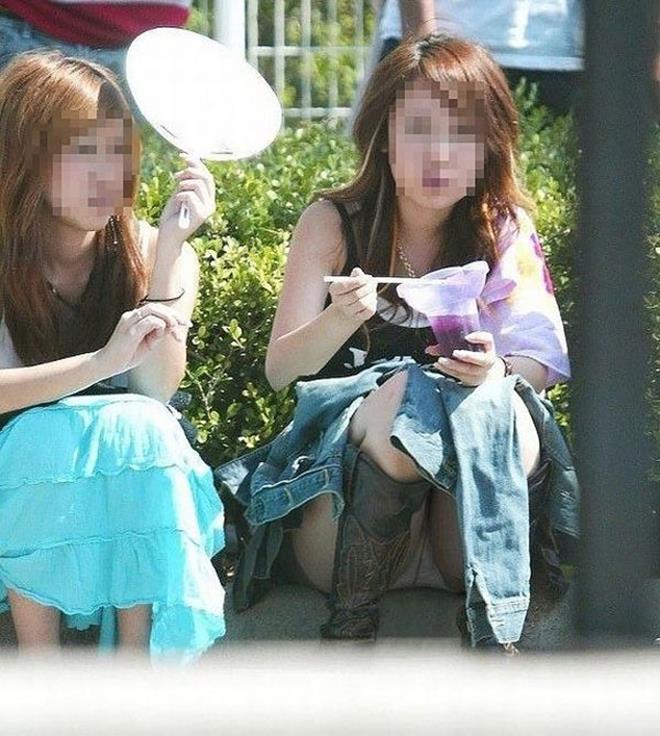 【街撮りパンチラエロ画像】街中でパンチラしている女の子を隠し撮り!wwww 22
