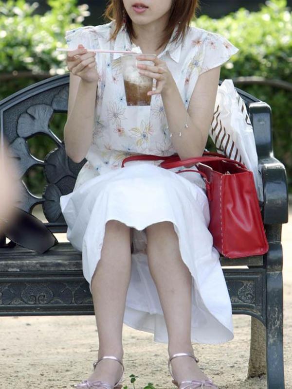 【街撮りパンチラエロ画像】街中でパンチラしている女の子を隠し撮り!wwww 23