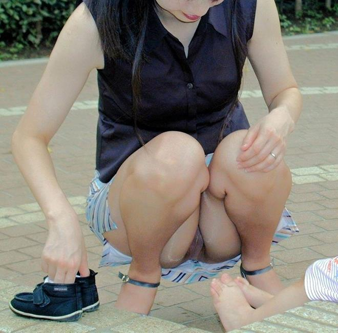 【街撮りパンチラエロ画像】街中でパンチラしている女の子を隠し撮り!wwww 24