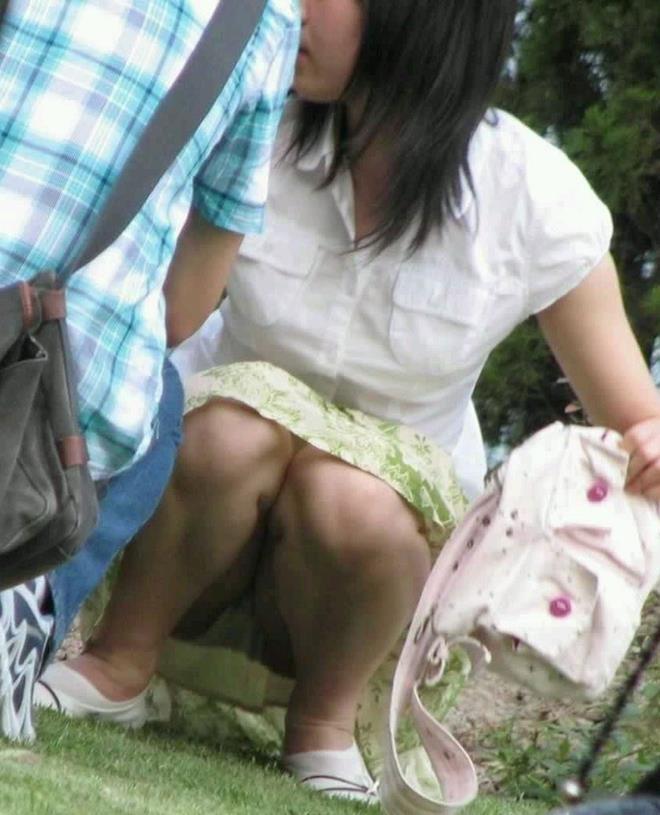 【街撮りパンチラエロ画像】街中でパンチラしている女の子を隠し撮り!wwww 27