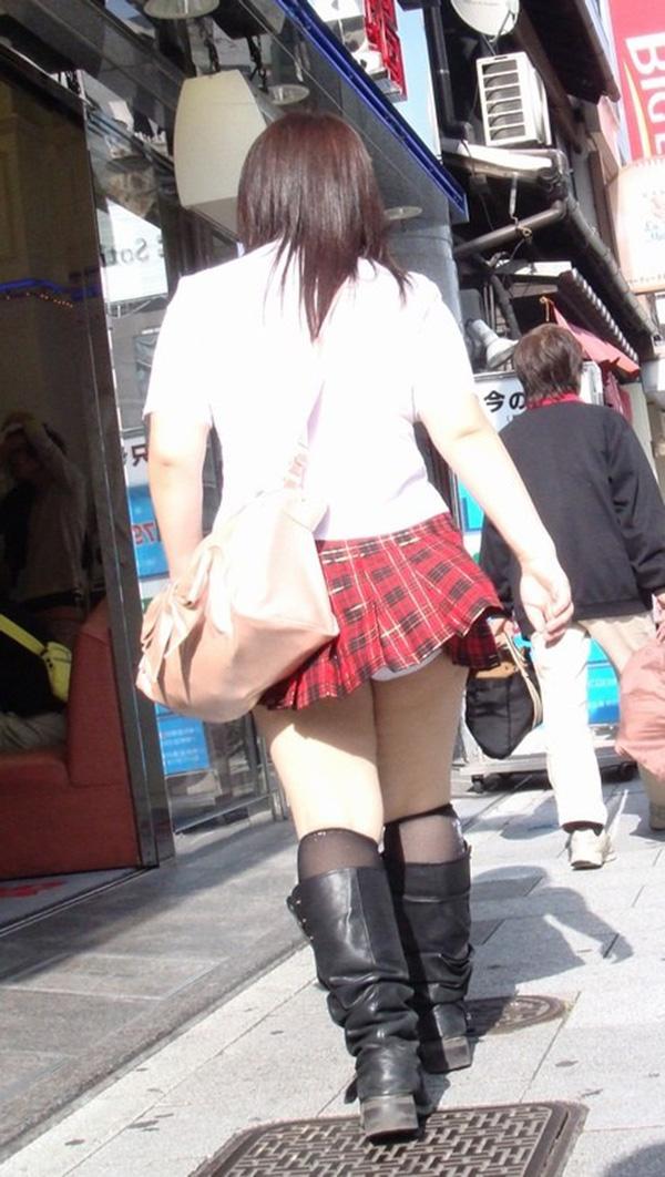 【街撮りパンチラエロ画像】街中でパンチラしている女の子を隠し撮り!wwww 35