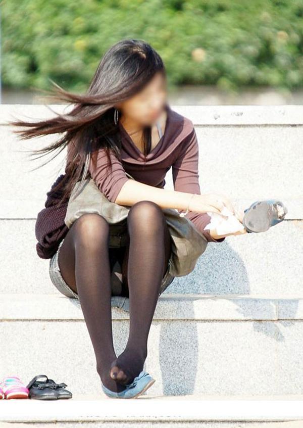 【街撮りパンチラエロ画像】街中でパンチラしている女の子を隠し撮り!wwww 36