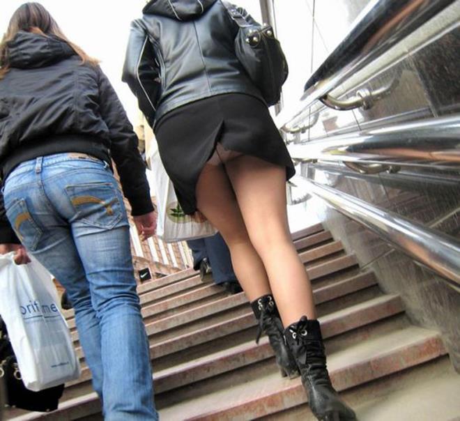 【街撮りパンチラエロ画像】街中でパンチラしている女の子を隠し撮り!wwww 43