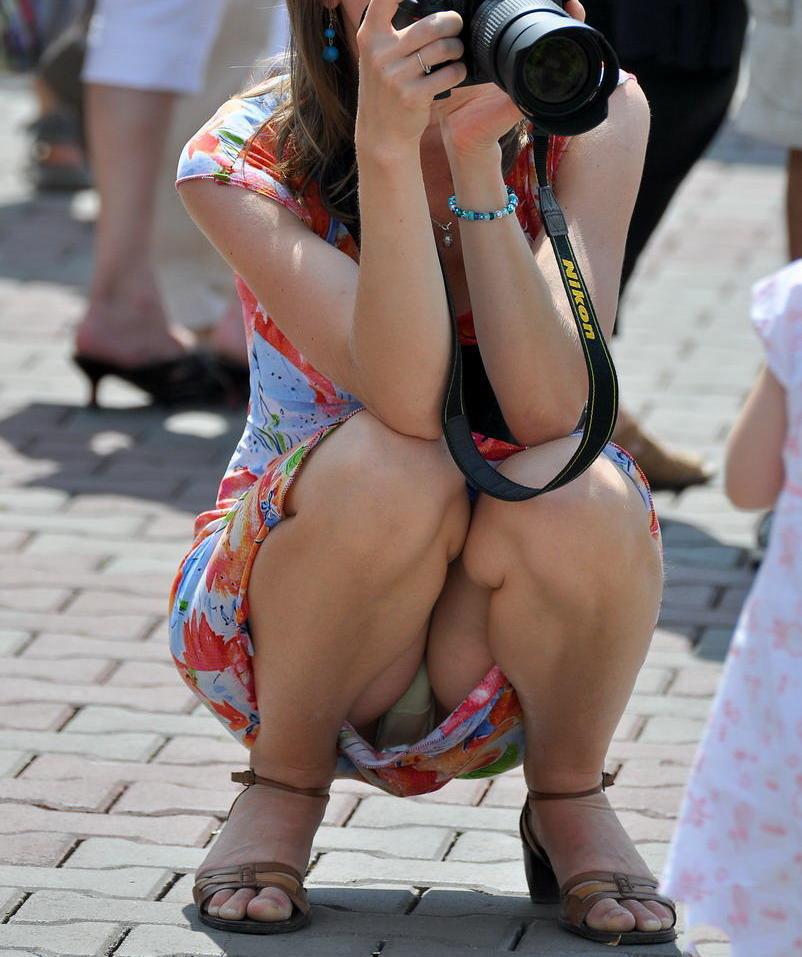 【街撮りパンチラエロ画像】街中でパンチラしている女の子を隠し撮り!wwww 44