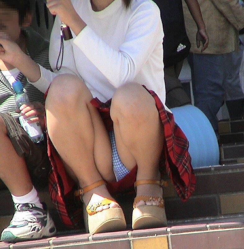 【街撮りパンチラエロ画像】街中でパンチラしている女の子を隠し撮り!wwww 46