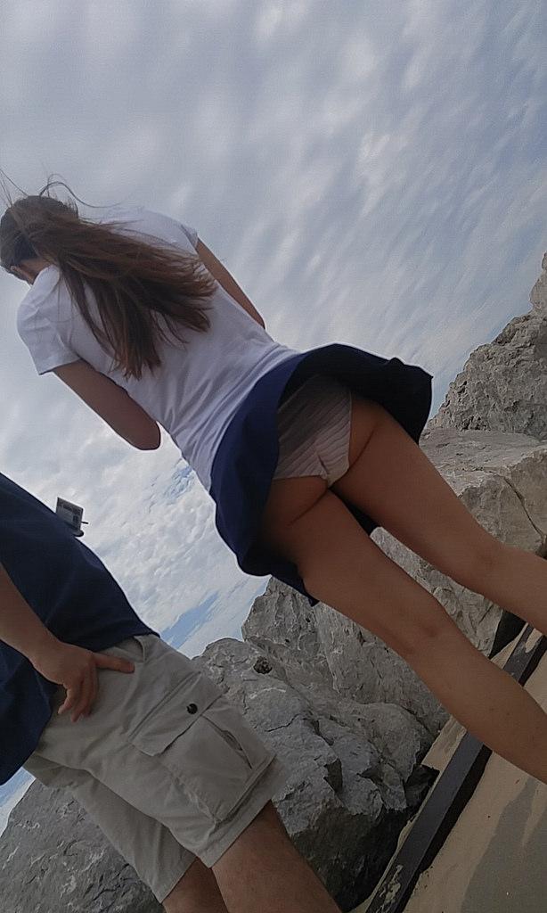 【街撮りパンチラエロ画像】街中でパンチラしている女の子を隠し撮り!wwww 48