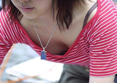 【胸チラエロ画像】これが胸チラ!?乳首まで見えてるやんけwwww