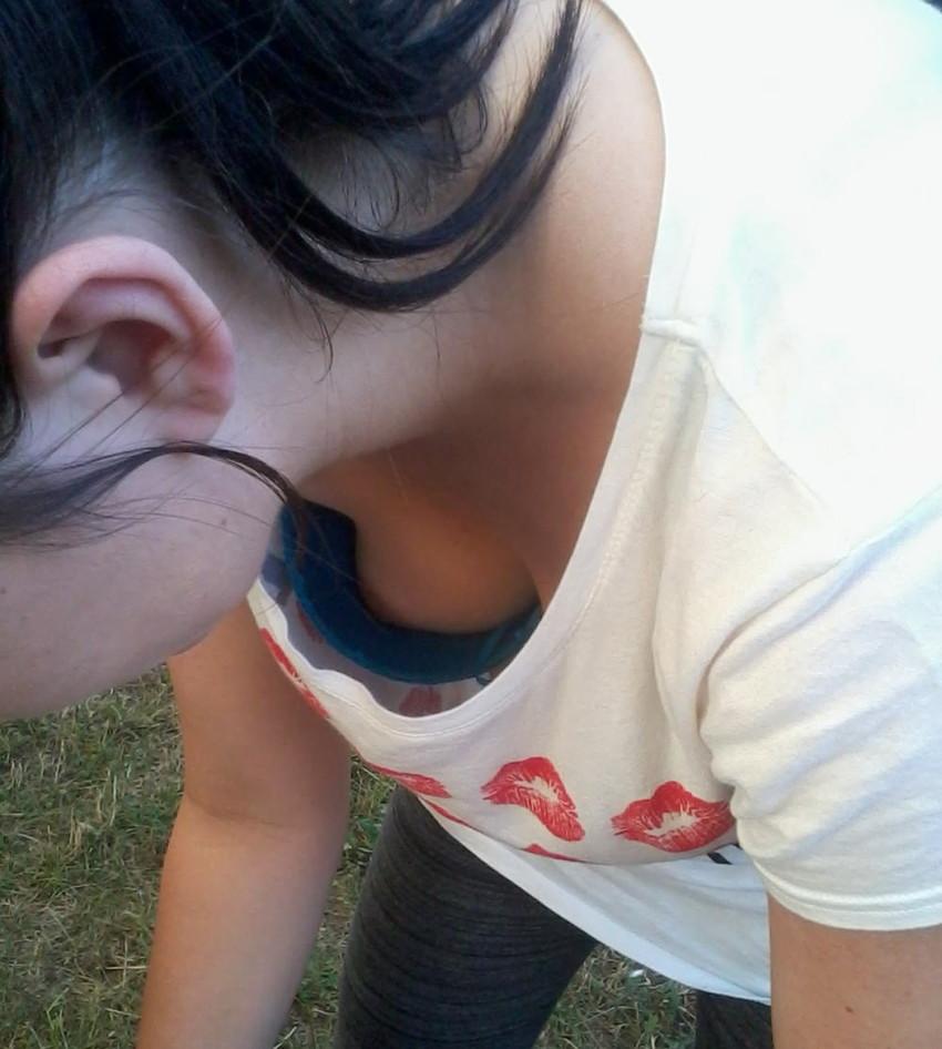 【胸チラエロ画像】これが胸チラ!?乳首まで見えてるやんけwwww 02