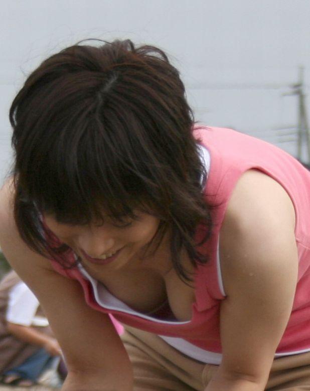 【胸チラエロ画像】これが胸チラ!?乳首まで見えてるやんけwwww 11