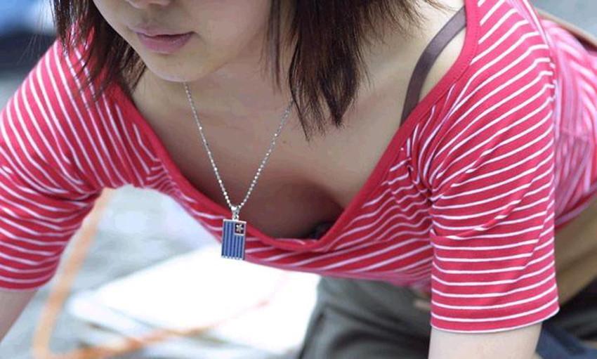 【胸チラエロ画像】これが胸チラ!?乳首まで見えてるやんけwwww 14