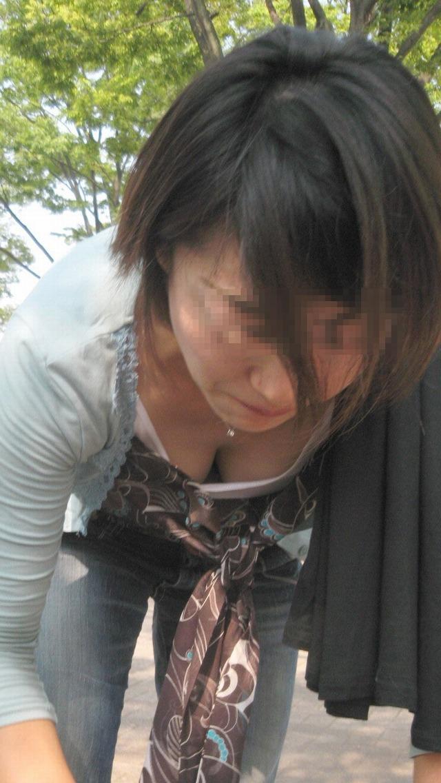 【胸チラエロ画像】これが胸チラ!?乳首まで見えてるやんけwwww 22