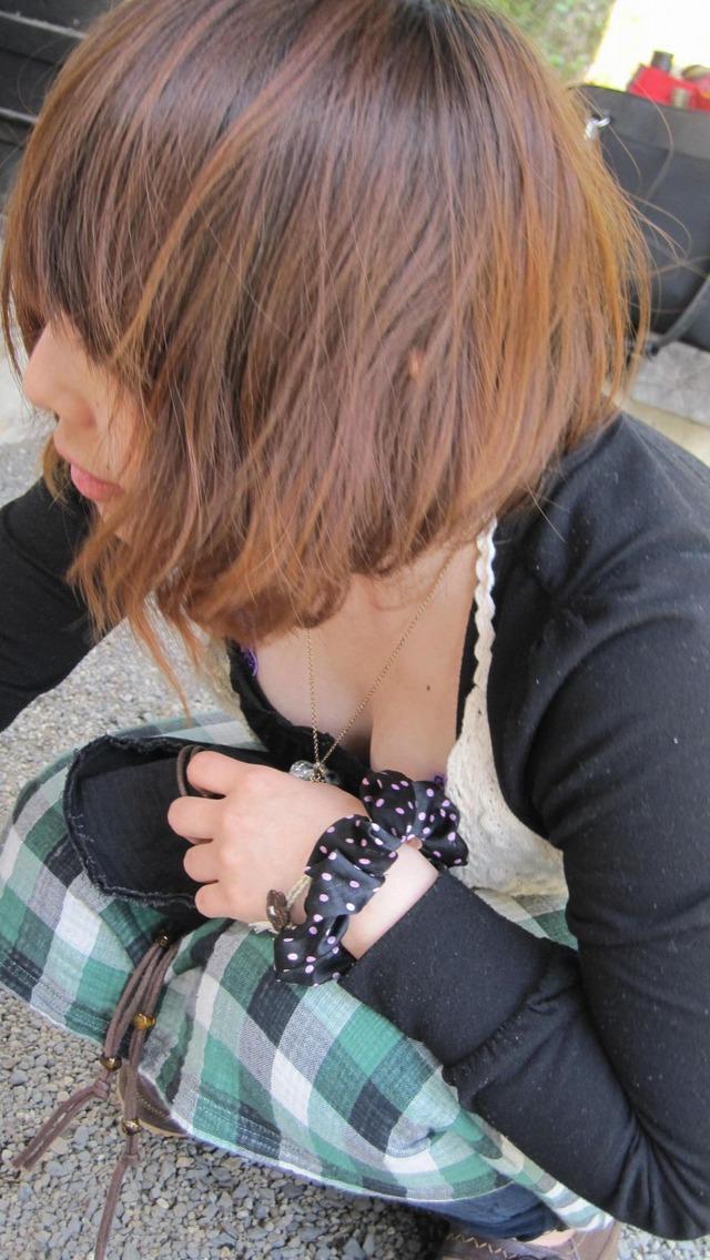 【胸チラエロ画像】これが胸チラ!?乳首まで見えてるやんけwwww 31