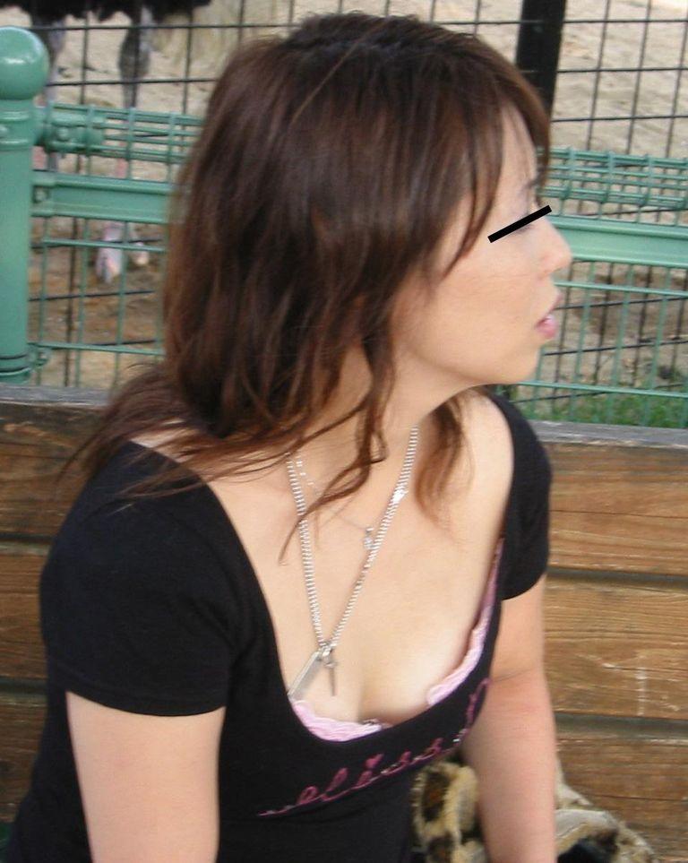 【胸チラエロ画像】これが胸チラ!?乳首まで見えてるやんけwwww 32