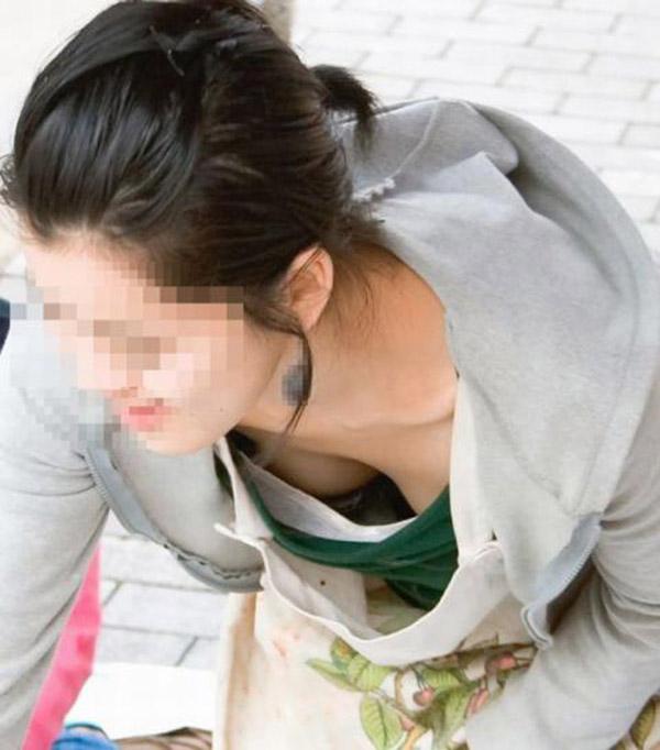 【胸チラエロ画像】これが胸チラ!?乳首まで見えてるやんけwwww 33
