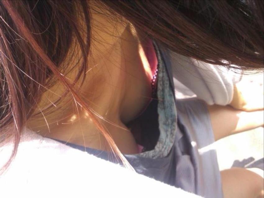 【胸チラエロ画像】これが胸チラ!?乳首まで見えてるやんけwwww 35