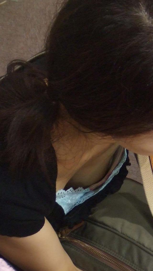 【胸チラエロ画像】これが胸チラ!?乳首まで見えてるやんけwwww 40