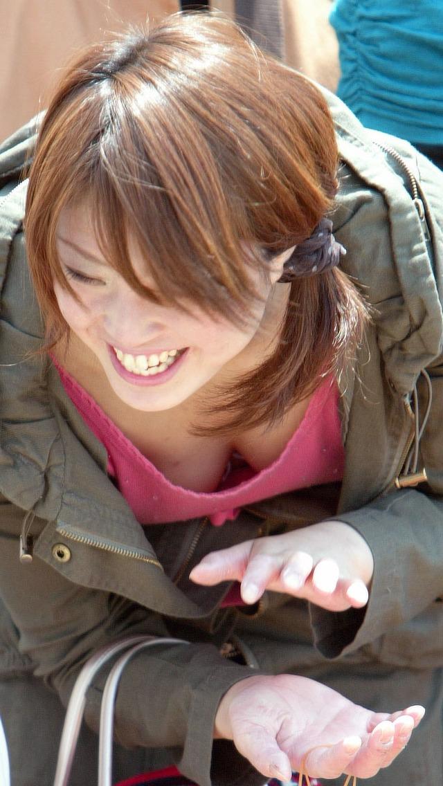 【胸チラエロ画像】これが胸チラ!?乳首まで見えてるやんけwwww 42