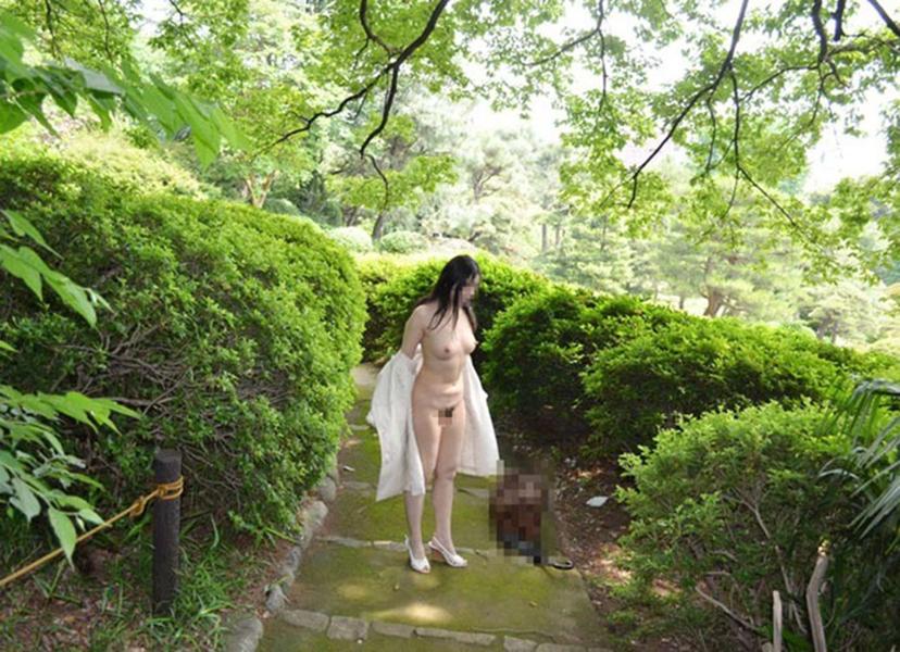 【野外露出エロ画像】野外で大胆ヌード!素人娘たちの過激な野外露出! 40