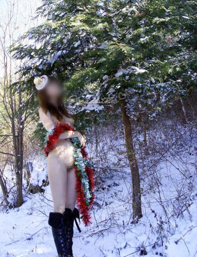 【野外露出エロ画像】野外で大胆ヌード!素人娘たちの過激な野外露出! 46