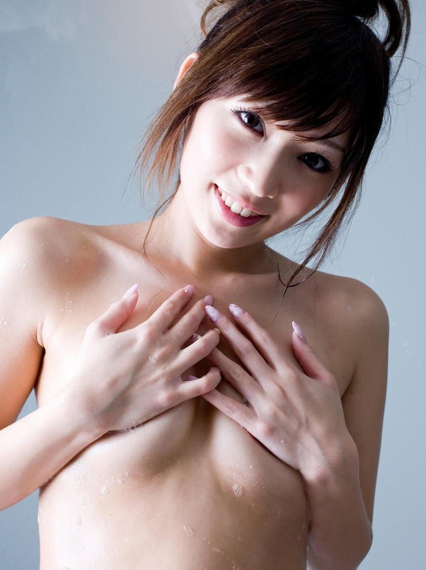 【手ブラエロ画像】下着ではなく、手のひら等でおっぱいを隠す手ブラというジャンルw 11