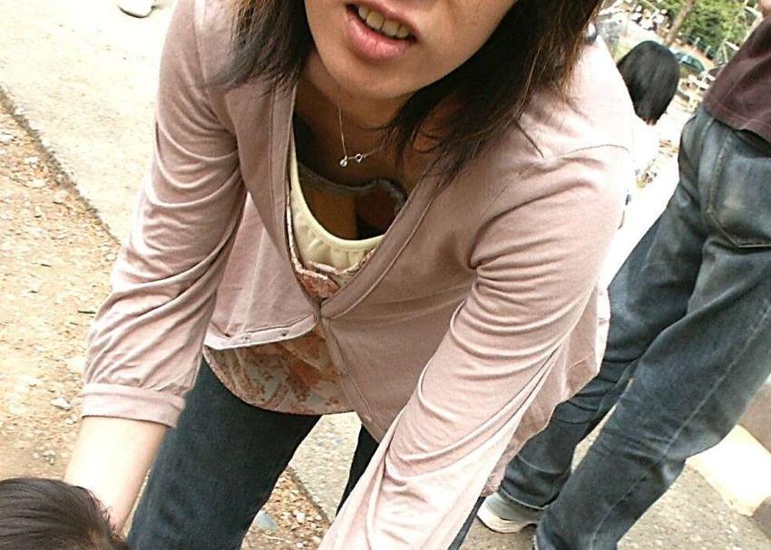 【胸チラエロ画像】素人のおっぱいだから興奮してしまう!胸チラ特集ww 12