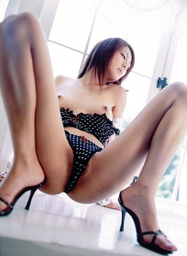 【M字開脚エロ画像】股間注視不可避!こんな大胆なM字開脚している女の子たち! 21