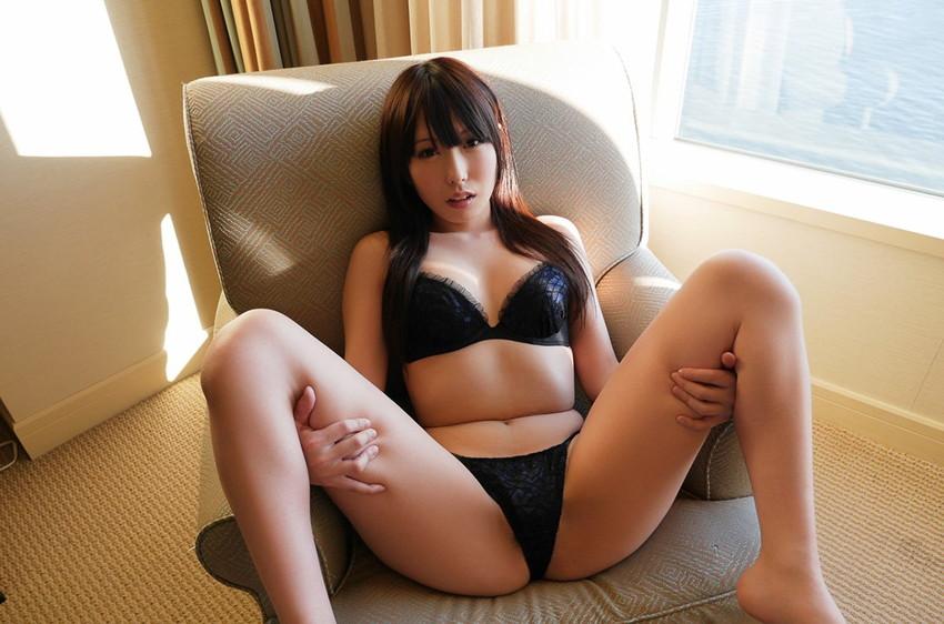 【M字開脚エロ画像】股間注視不可避!こんな大胆なM字開脚している女の子たち! 52