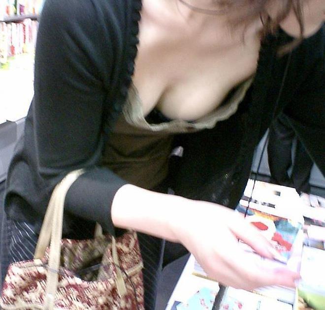 【胸チラエロ画像】露になった胸元!これは見えすぎじゃ……っていう胸チラ画像! 40
