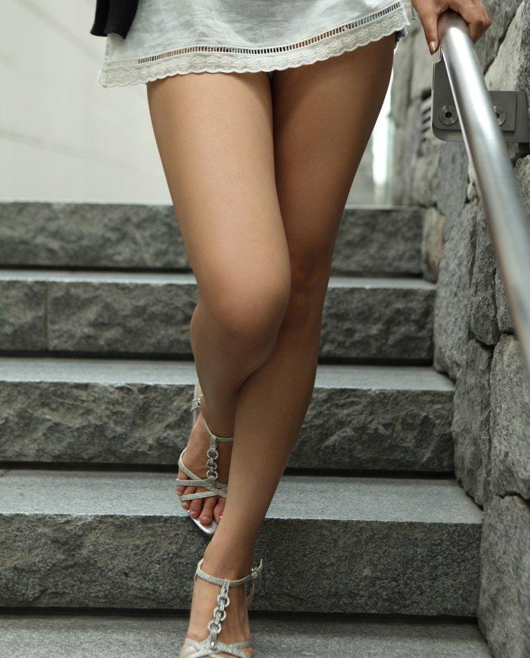 【美脚エロ画像】足フェチ必見!女の子のスラリと伸びた脚線美にノックダウン! 12