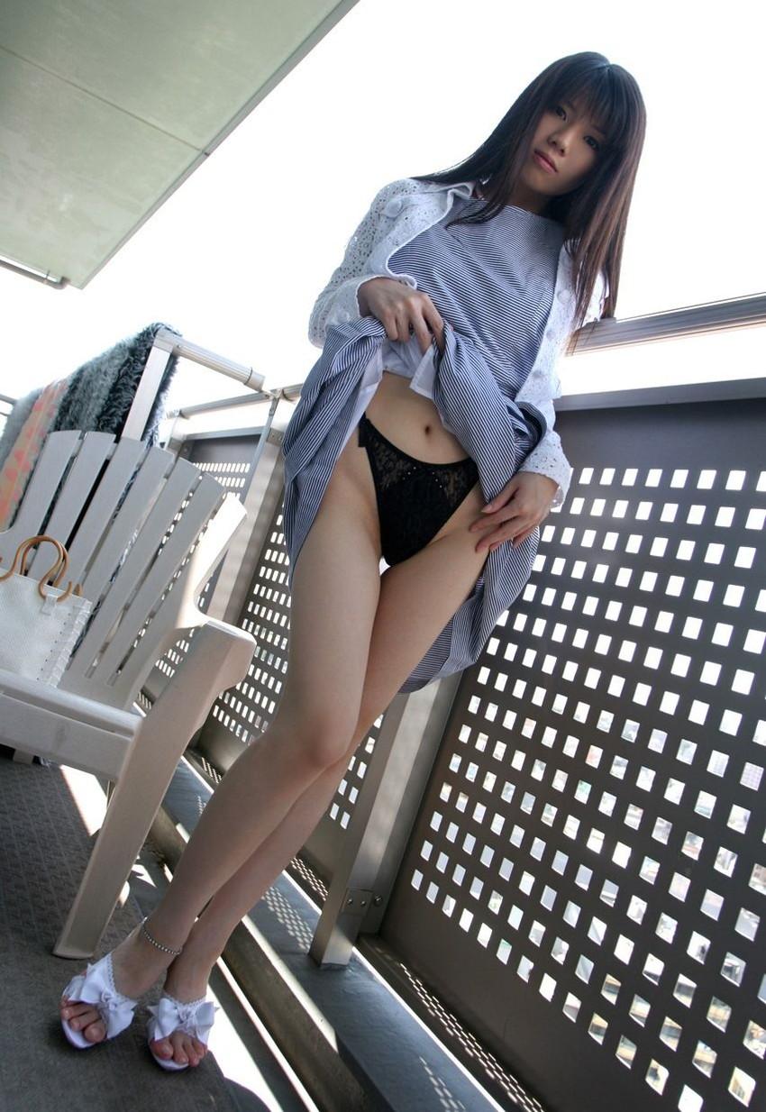 【セルフパンチラエロ画像】自分でスカートをめくってパンチラ披露!セルフパンチラ! 48