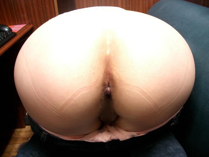 【アナルエロ画像】女の子がカメラに向かってお尻の穴をガッツリ見せ付ける!
