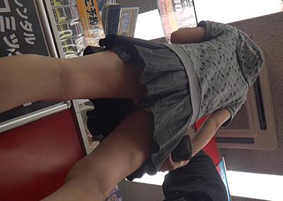 本屋やレンタルショップなどで→スカート女子のパンツをバッチリ「逆さ撮り」してる画像まとめ!