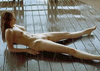 雨の日に外で全裸なレイニーヌード画像集