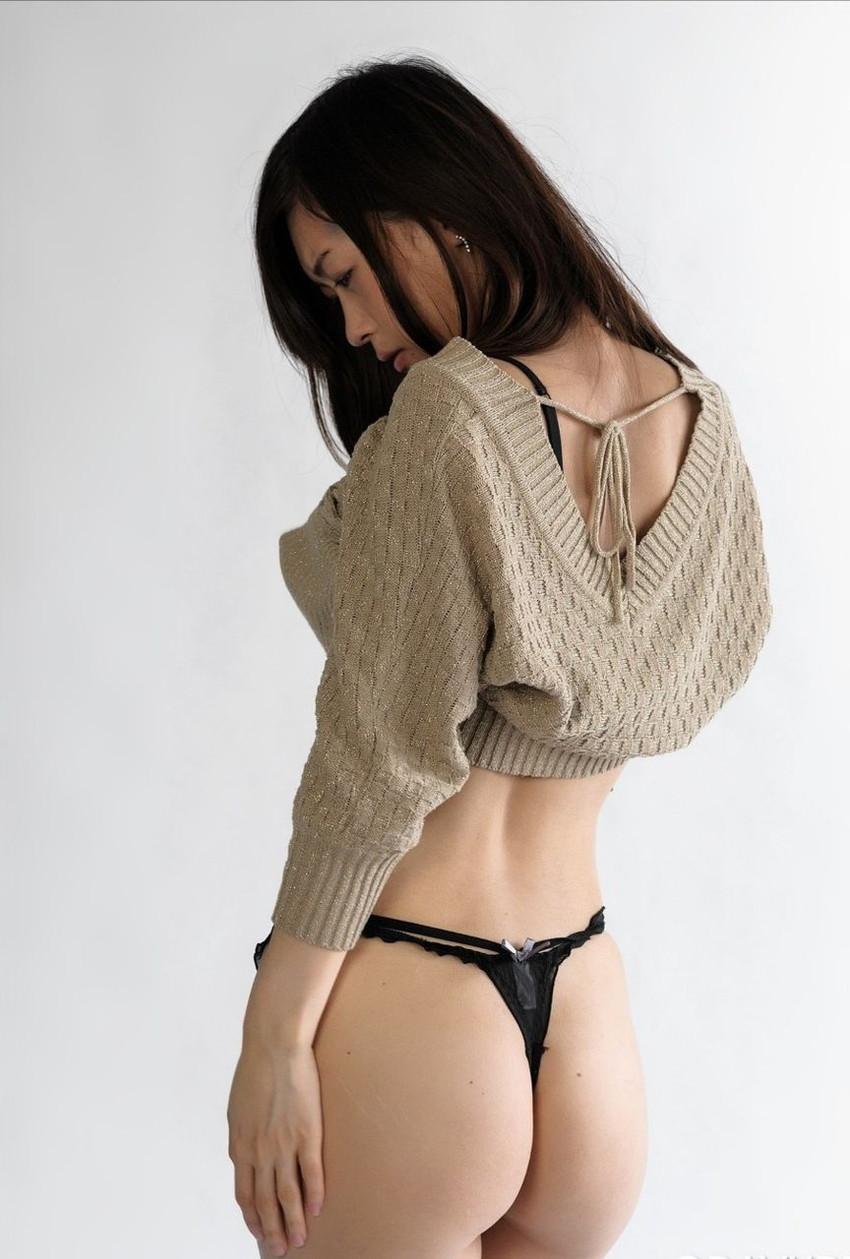 【Tバックエロ画像】女の子のお尻をセクシーに魅力的に演出するパンティー! 12