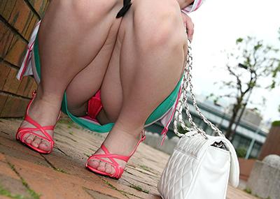 【しゃがみ込みパンチラエロ画像】しゃがみ込んだ女の子の股間に視線は集中!www