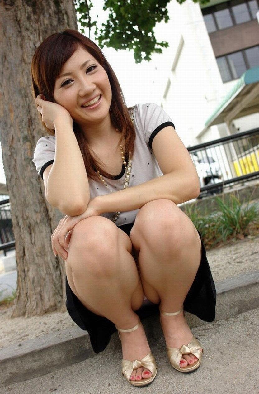 【しゃがみ込みパンチラエロ画像】しゃがみ込んだ女の子の股間に視線は集中!www 08